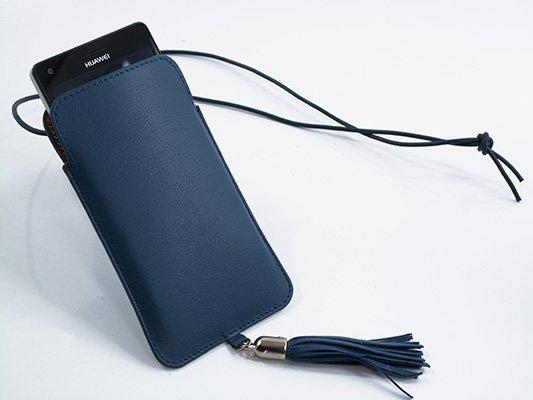 Funda de móvil en piel con cordón
